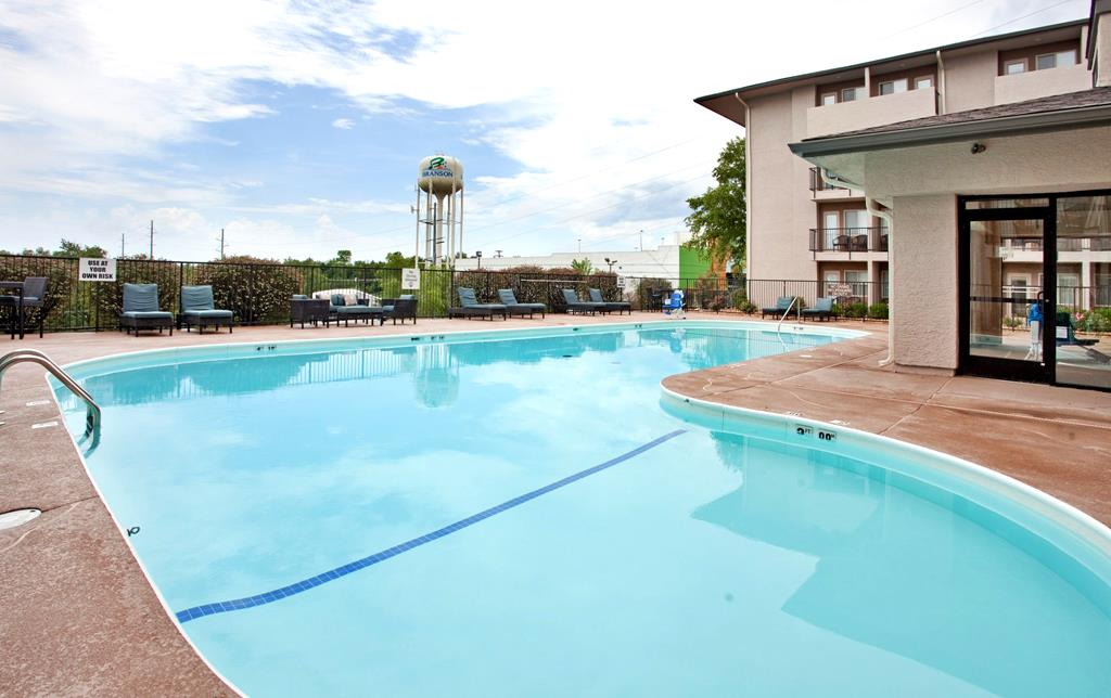 Holiday inn express suites branson call 1 800 504 for Branson mo cabins with indoor pool