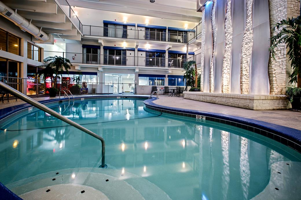 La quinta inn suites branson mo call 1 800 504 for Branson mo cabins with indoor pool