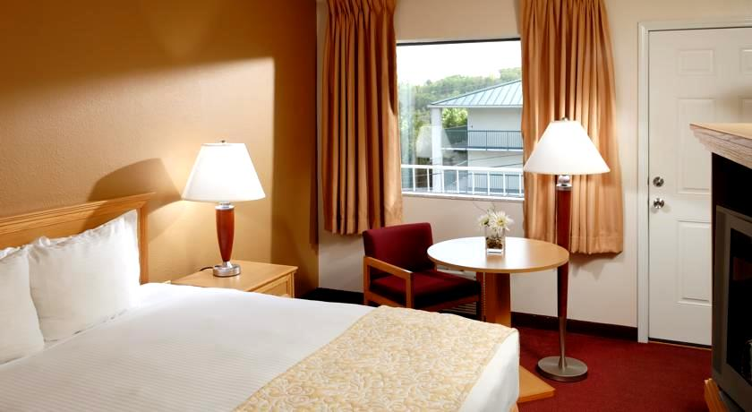 Whispering Hills Inn Branson Package