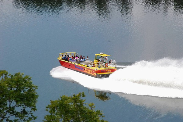 Cruise the waters of Lake Taneycomo as these super-fast boats take you down the famous waterway!