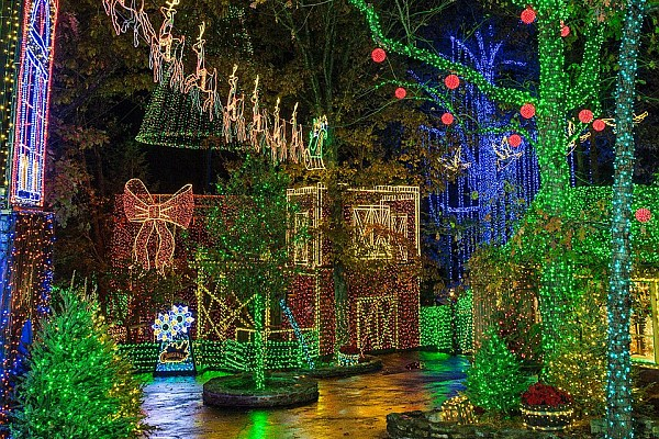Silver Dollar City's Christmas at Midtown is an incredible and unforgettable light display you won't want to miss!